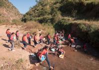 罗滢也注重素质教育,她和其他老师们还为当地的孩子们开设了其他课程,在河边教学的洗衣课就是其一。