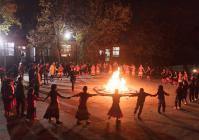 每月一次的篝火晚会上,金新小学的张老师还会写新歌,教大家唱歌跳舞。