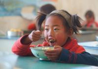 以前,孩子们中午可能要饿着肚子上课或者嚼冰冷的荞麦馍馍,现在,有了国家的营养餐